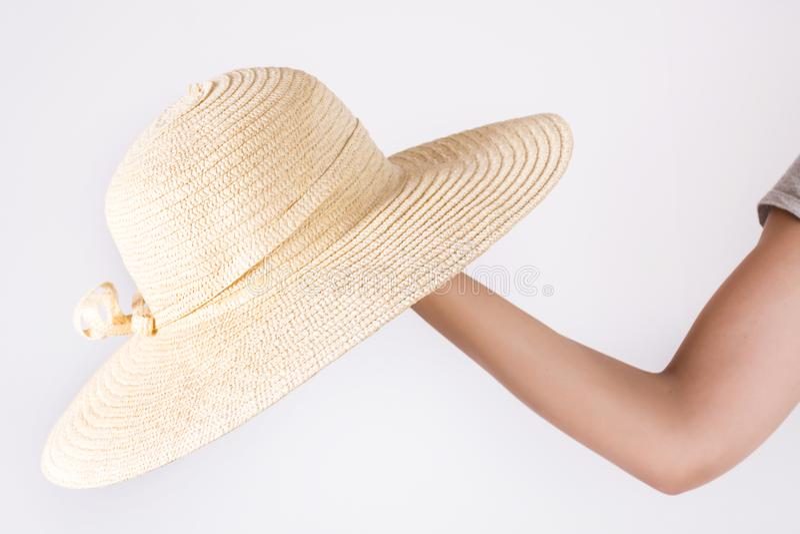 Chica joven que sostiene el sombrero de paja amarillo grande a mano en blanco fotografía de archivo