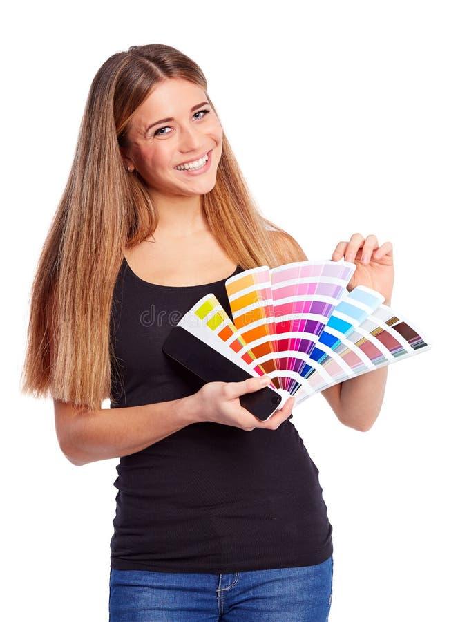 Chica joven que sostiene muestra del color fotos de archivo libres de regalías