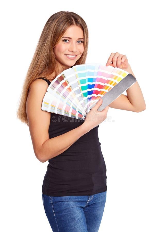 Chica joven que sostiene muestra del color imagen de archivo