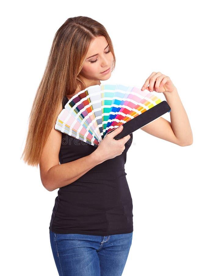 Chica joven que sostiene muestra del color imagen de archivo libre de regalías