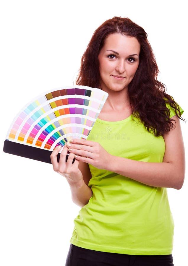 Chica joven que sostiene muestra del color fotografía de archivo