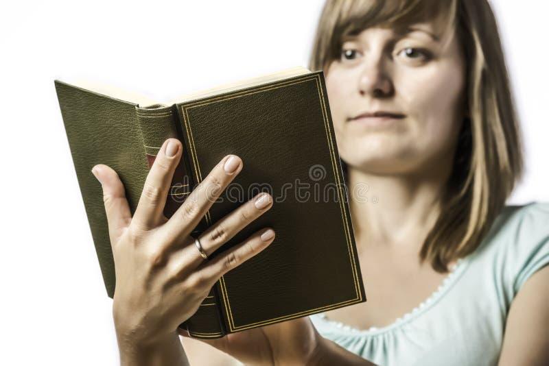 Chica joven que sostiene un libro fotos de archivo