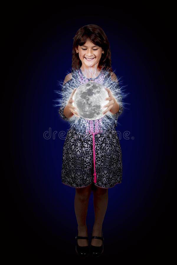 Chica joven que sostiene una luna brillante del plasma fotografía de archivo libre de regalías