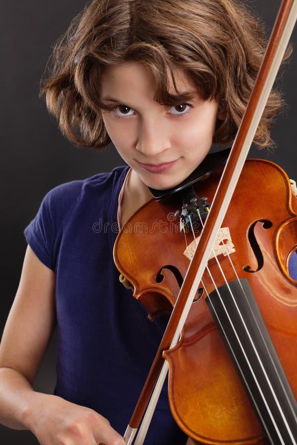 Chica joven que toca el violín fotos de archivo libres de regalías