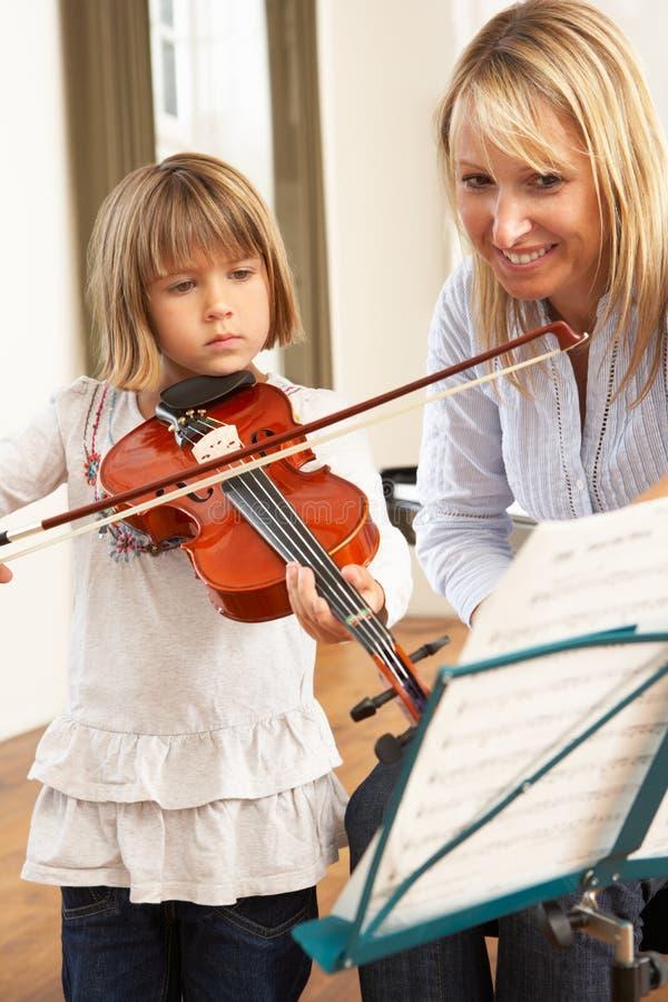 Chica joven que toca el violín foto de archivo libre de regalías