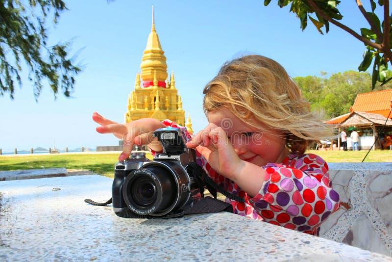 Chica joven que toma la foto el día de fiesta en Tailandia imagenes de archivo