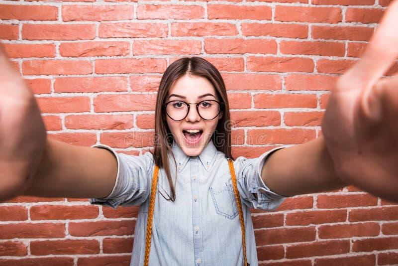Chica joven que toma a selfie la cámara elegante del teléfono/de la foto imagen de archivo