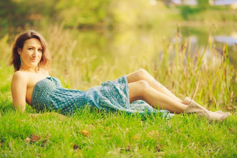 Chica joven sensual atractiva que presenta en el bosque imágenes de archivo libres de regalías