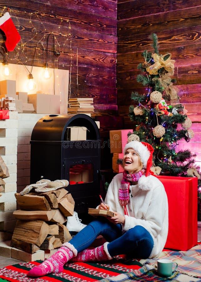 Chica joven sensual Moda de la Navidad Descuentos estacionales de la venta de los d?as de fiesta de la Navidad Preparaci?n de la  imagenes de archivo