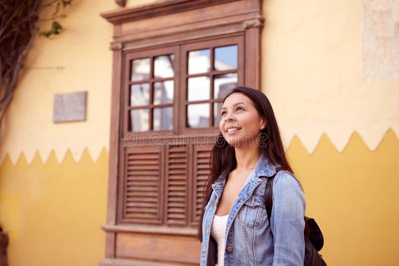 Chica joven soñadora con una mochila imagen de archivo libre de regalías