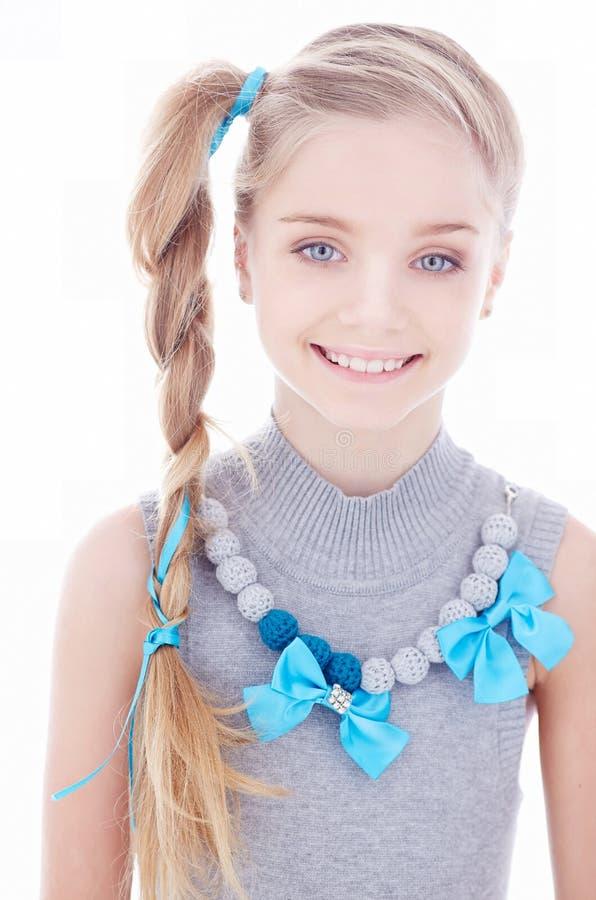 Chica joven sonriente linda con el pelo rubio largo imagen de archivo