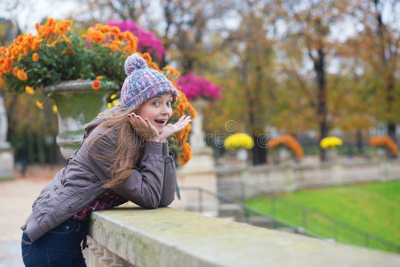 Chica joven sorprendida en parque imagenes de archivo