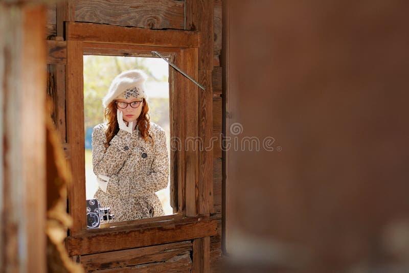 Chica joven a través de una ventana imágenes de archivo libres de regalías