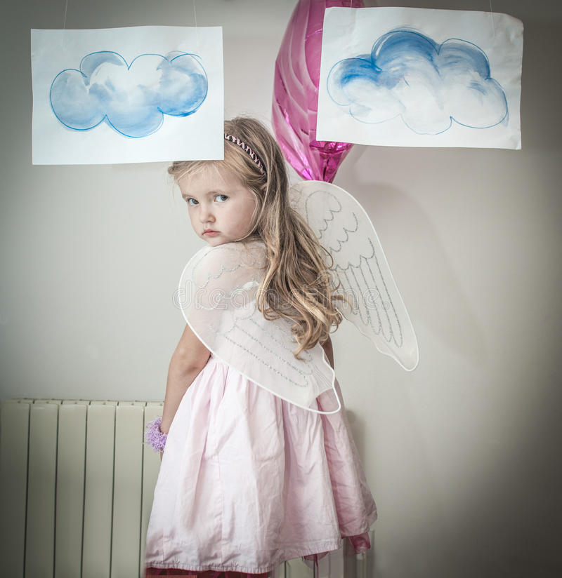 Chica joven vestida como ángel imágenes de archivo libres de regalías