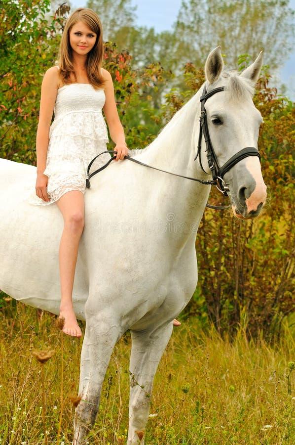 Chica joven y caballo hermosos imagen de archivo libre de regalías