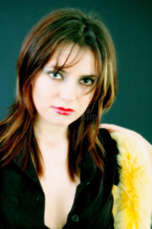 Chica joven y colores con la boa fotografía de archivo