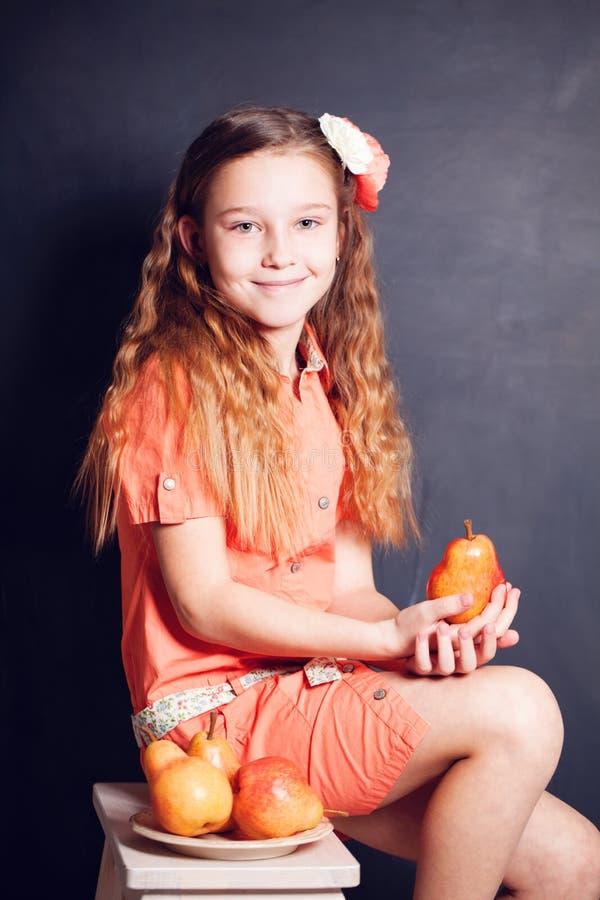 Chica joven y fruta de las peras foto de archivo libre de regalías