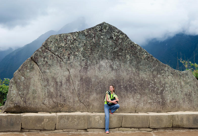 Chica joven y Inca Wall en Machu Picchu fotografía de archivo libre de regalías