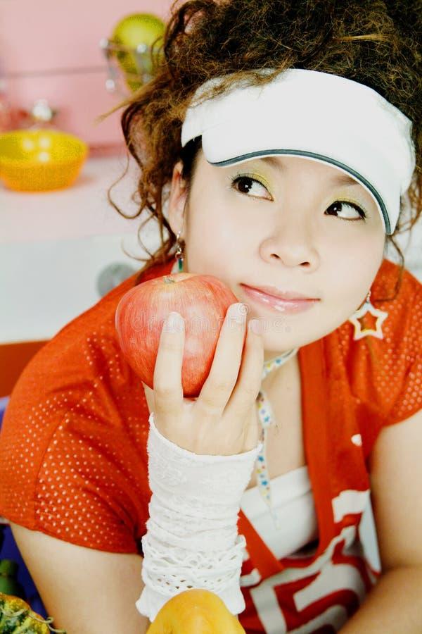 Chica joven y manzana roja fotos de archivo libres de regalías