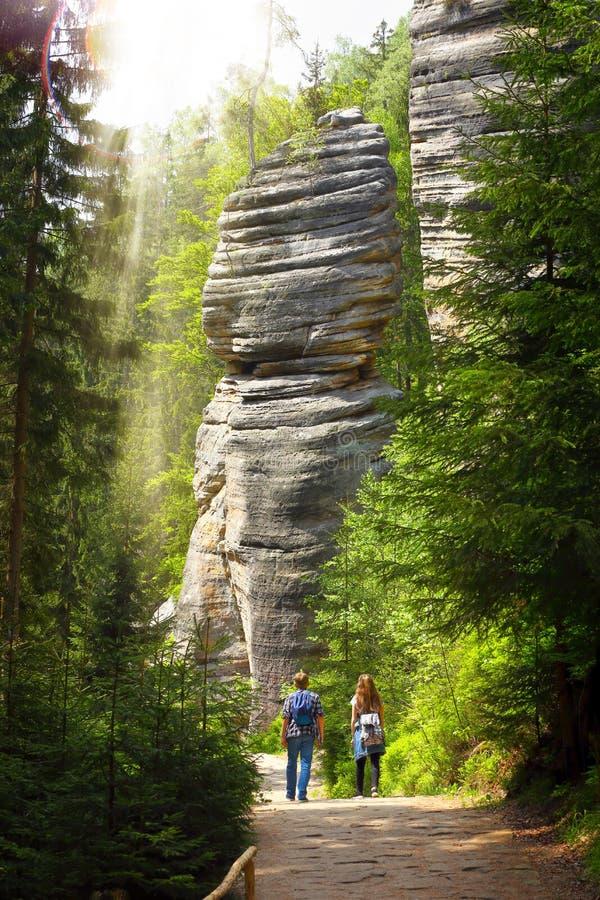 Chica joven y muchacho en un rastro de montaña en el bosque imagen de archivo libre de regalías