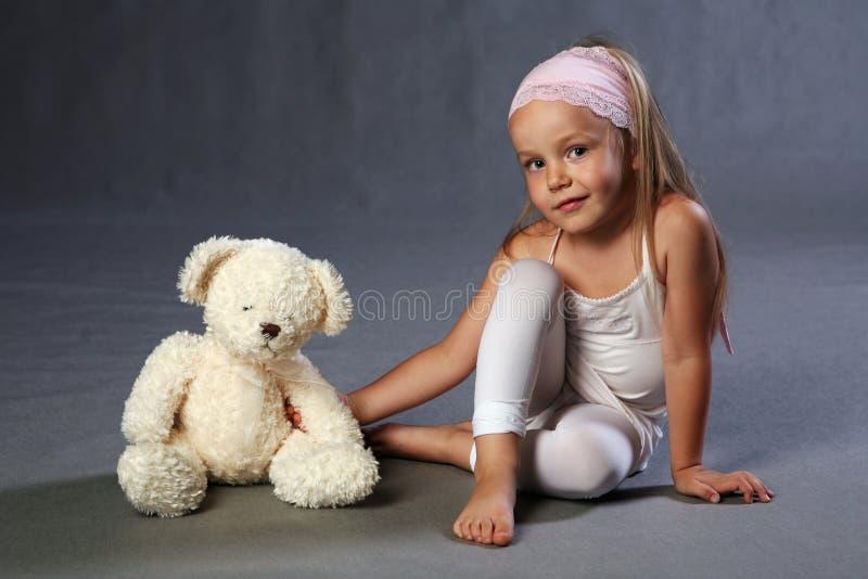 Chica joven y oso de peluche imagen de archivo
