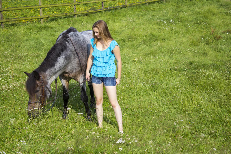 Chica joven y su caballo imagen de archivo