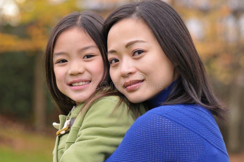 Chica joven y su mama fotografía de archivo libre de regalías