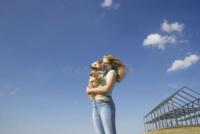 Chica joven y su perro imágenes de archivo libres de regalías