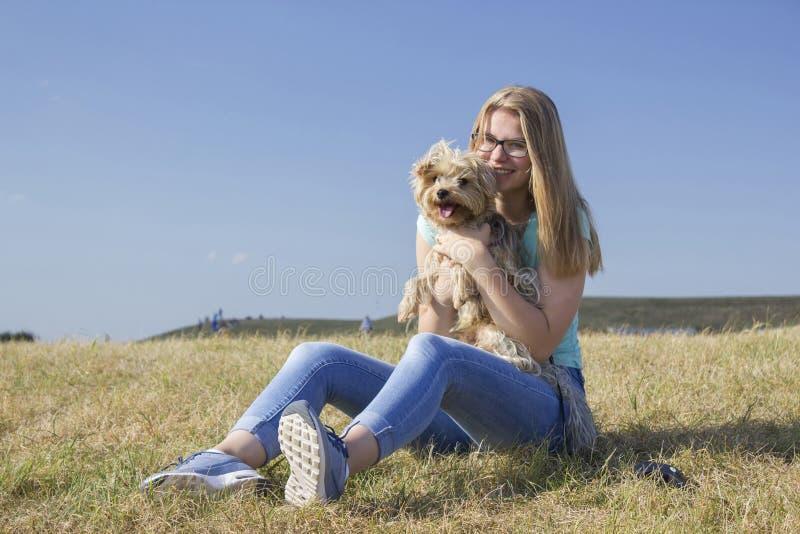Chica joven y su perro imagen de archivo
