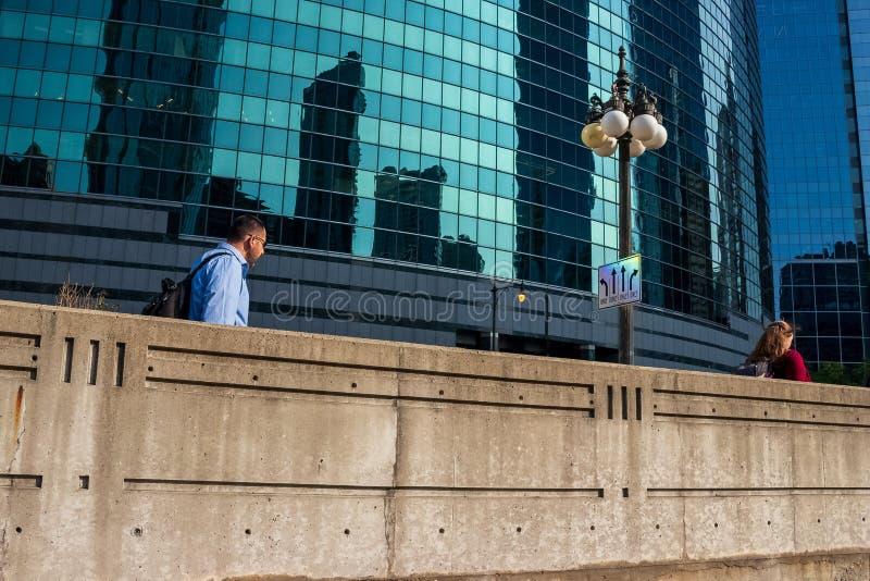 Chicago övreWacker drev, var gångare promenerar en vägg som etsas med III som firar minnet av de 3 gafflarna av Chicagoet River arkivfoton