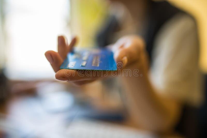 Chicago-abril 23,2017: Mão de Woman's que guarda um cartão de crédito do visto para o uso editorial somente fotos de stock
