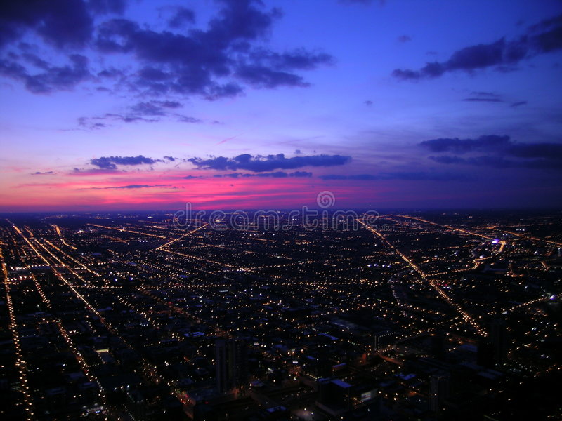 Chicago alla notte, vista aerea fotografie stock libere da diritti