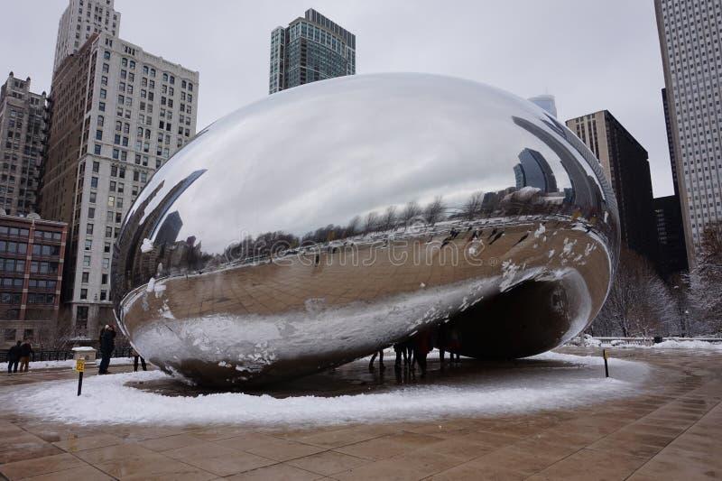 Chicago Bean im Winter, umgeben durch einen Schneering lizenzfreies stockbild