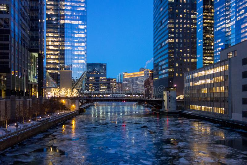 Chicago-Brücke über eisigem Fluss im Winter stockfotos