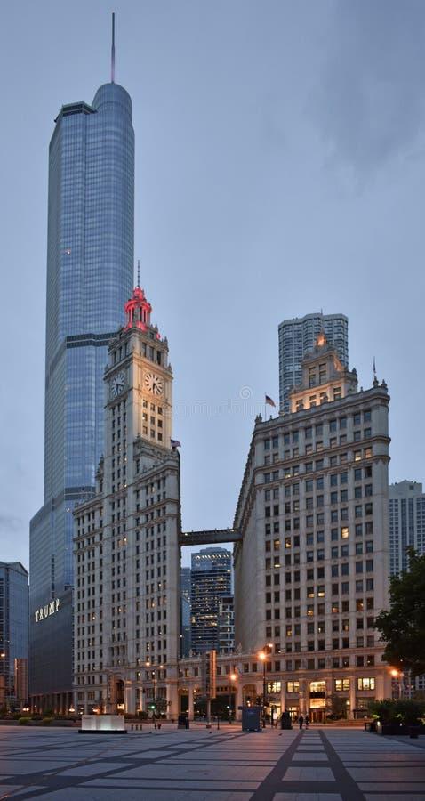 Chicago centrum med trumftorn- och Wrigley byggnad royaltyfri foto