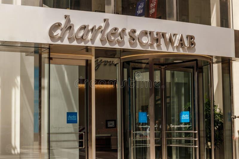 Chicago - cerca do maio de 2018: Charles Schwab Consumer Location Charles Schwab Corporation Provides Brokerage e a operação banc fotografia de stock royalty free