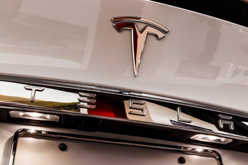 Chicago - cerca do maio de 2018: Modelo X de Tesla da sala de exposições Tesla projeta e fabrica os sedanes bondes do modelo X e  fotos de stock royalty free