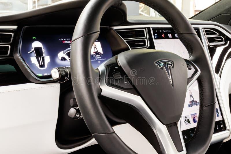 Chicago - cerca do maio de 2018: Modelo X de Tesla da sala de exposições Tesla projeta e fabrica os sedanes bondes do modelo X e  imagem de stock