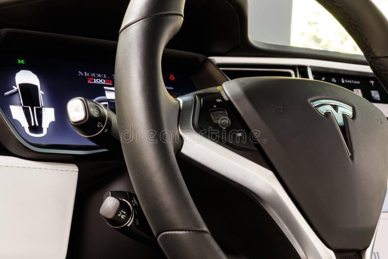 Chicago - circa im Mai 2018: Ausstellungsraum Tesla-Modell X Tesla entwirft und stellt die elektrischen Limousine des Modells X u stockfotos