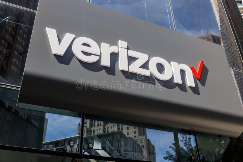 Chicago - circa mayo de 2018: Ubicación de la venta al por menor de Verizon Wireless Verizon entrega la radio, las fibras ópticas imagen de archivo