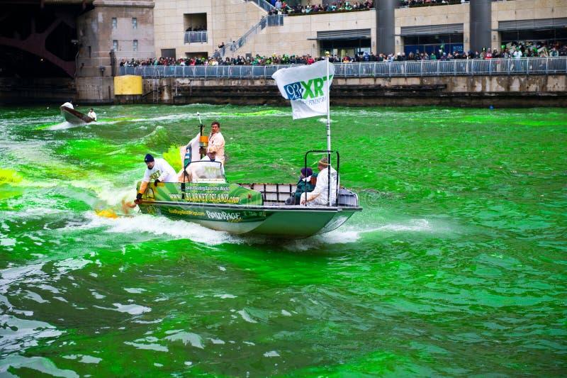 Download Tingidura do Chicago River fotografia editorial. Imagem de irish - 29837107