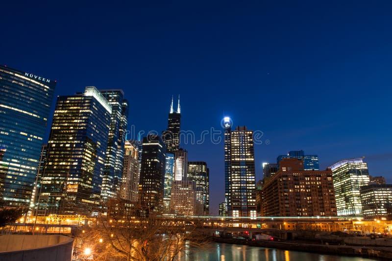 Horizonte de Chicago en la noche fotos de archivo