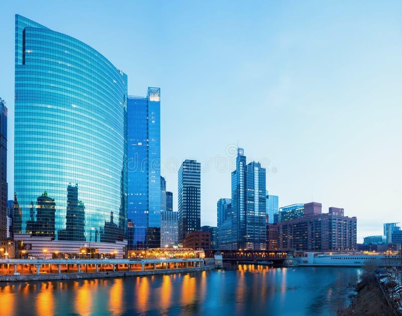 Chicago de stad in bij schemer stock foto's