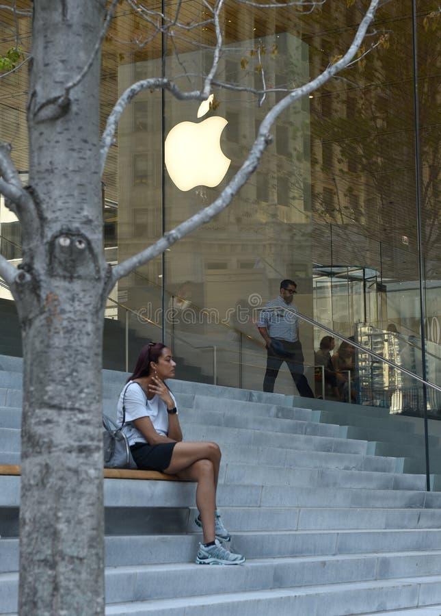 Chicago, de V.S. - 04 Juni, 2018: De mensen dichtbij Apple slaan op Mic op royalty-vrije stock foto's