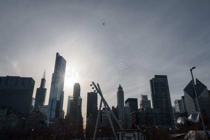 Chicago del centro Silhoette con il volo dell'aeroplano sopra le costruzioni moderne fotografia stock libera da diritti