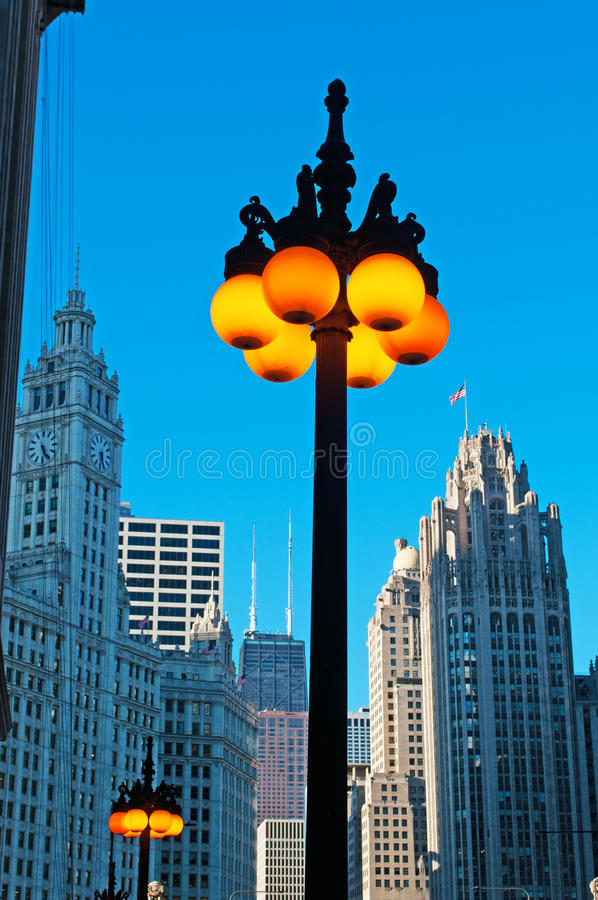 Chicago: detalhes de uma lâmpada de rua leve e de skyline o 22 de setembro de 2014 imagem de stock