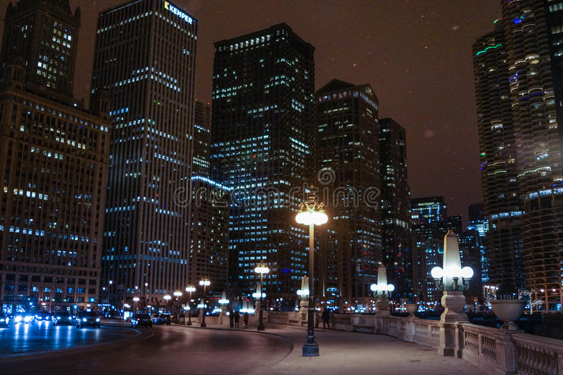 Chicago do centro na noite no inverno com neve fotos de stock