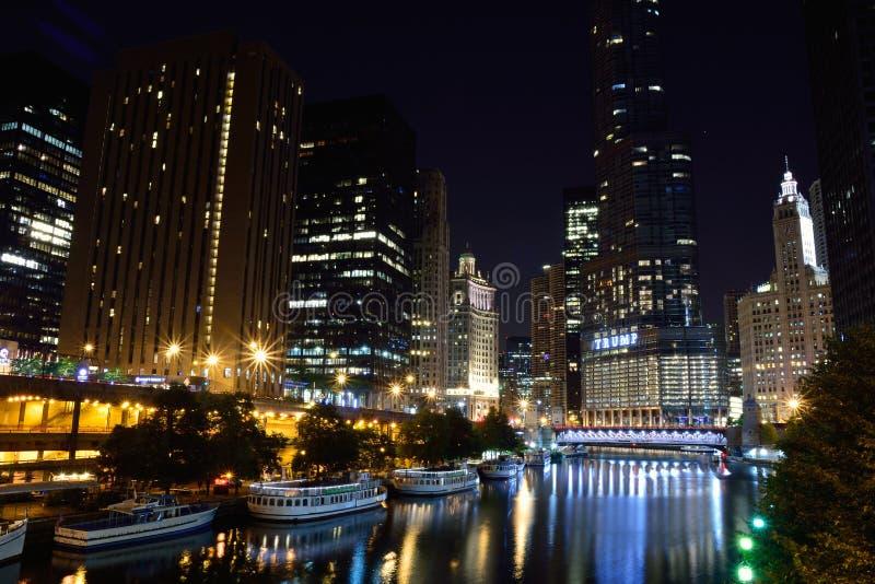 Chicago du centre la nuit photos libres de droits