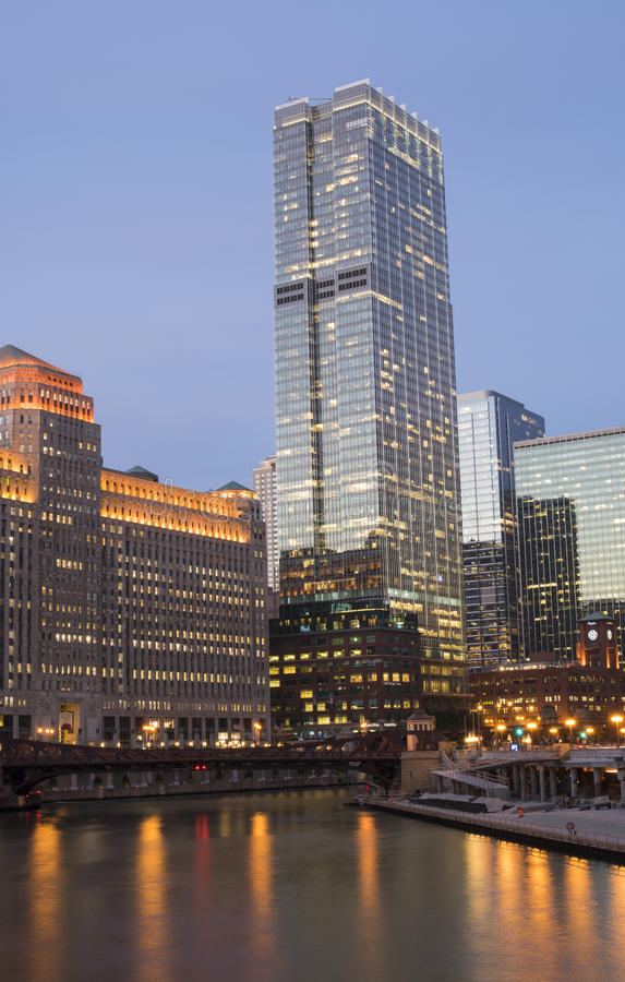 Chicago du centre le long de la rivière Chicago au coucher du soleil photographie stock