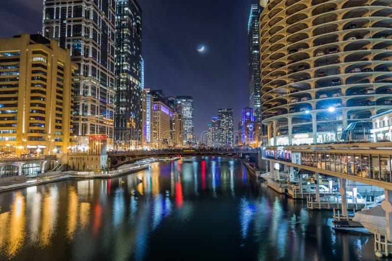 Chicago du centre par la rivière la nuit photo stock